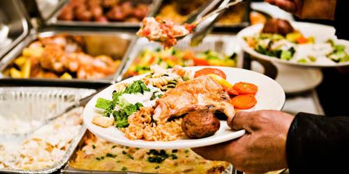 Nhiều khách sạn đã đối phó với vấn nạn lấy trộm đồ ăn ở bữa cơm tự chọn bằng cách tăng giá dịch vụ. Ảnh: Poponomis.