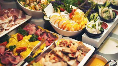 Nhiều thực khách vẫn thường lén mang đồ ăn trong tiệc buffe về phòng để ăn vào lúc khác. Ảnh: T-online.