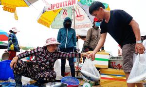 Chợ hải sản kê bàn, che dù bán ngay trên biển ở Bình Thuận
