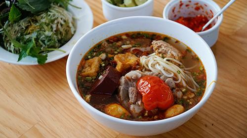 Sau Phở, Bún Chả, Bún riêu cua là món ăn được nhiều du khách nước ngoài yêu thích khi ghé thăm Việt Nam. Ảnh: Di Vỹ.