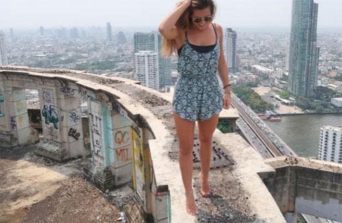 Adriana Ivkovic đang đứng trên nóc tòa nhà bỏ hoang ở Bangkok. Ảnh: News.