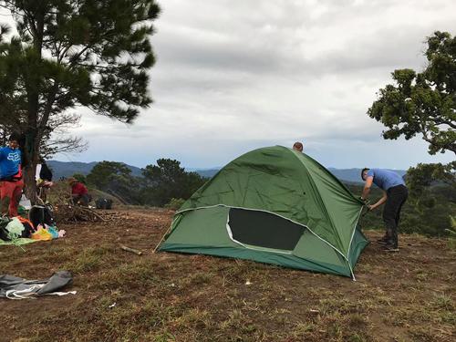 Đoàn dựng lều mà không hề biết có một cơn bão đang đổ tới.