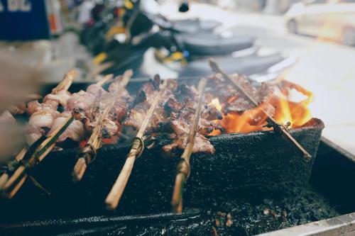 Một số hàng vẫn giữ hình thức kẹp thịt vào que tre để nướng.