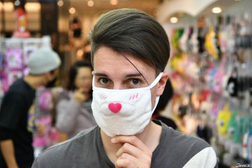 Khách Tây ấn tượng với những mẫu khẩu trang dễ thương in hình mèo, chó shiba, gấu, thỏ... bán tại Tokyo. Ảnh:Japan Kuru.