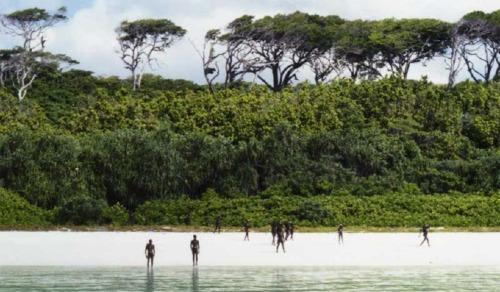 Cảnh sát thả neo thuyền cách bờ 400 m và dùng ống nhòm quan sát, các thổ dân nhìn chằm chằm vào những người lạ ngoài khơi. Sau đó họ rút lui để tránh đụng độ. Ảnh minh hoạ:Lực lượng Bảo vệ Bờ biển Ấn Độ.