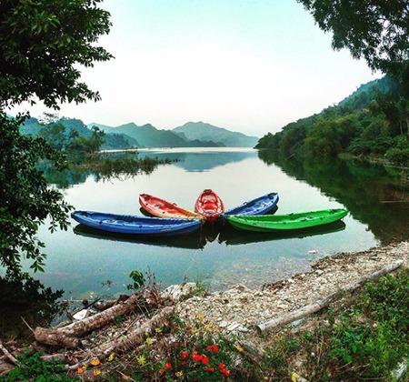 Điểm đến ven sông bình yên với những hoạt động thư giãn như chèo thuyền kayak, bơi lội...