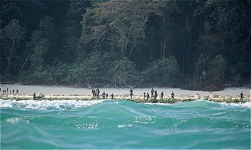 Người ngoài khi cố gắng xâm nhập vào lãnh thổ của người dân trên đảo thường được chào đón bằng những trận mưa tên. Ảnh: Youtube.