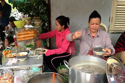 Bà Hồng (người ngôi bên phải) cũng còn gái (áo hồng) mỗi người một tay để kịp phục vụ khách.