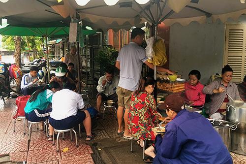 6h30, khách đếnquán bắt đầu đông hơndùtrời vẫn mưa không ngớt bên ngoài.