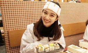 Jun Vũ tự tay làm sushi khi du lịch Nhật Bản