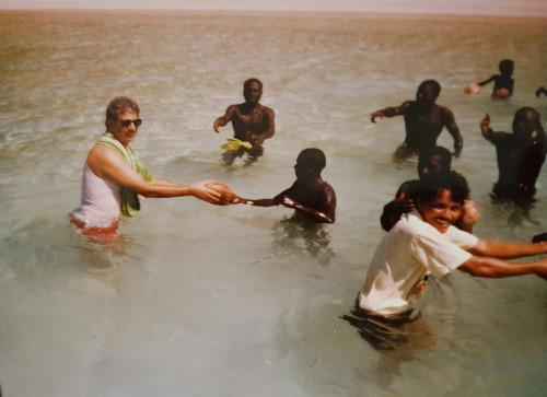Ông Pandid (ngoài cùng bên trái) tặng những trái dừa làm quà cho người Sentinel vào năm 1991. Ảnh: New York Times.