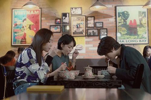 Diễn viên phim Vẻ đẹp tiềm ẩn thưởng thức phở Việt tại quán Emời. Ảnh chụp màn hình.