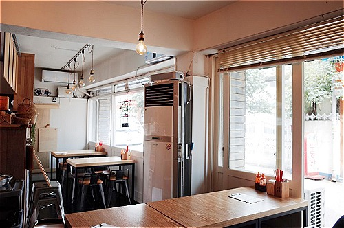 Không gian của quán ăn Việt ở quận Mapo. Ảnh: Instagram.