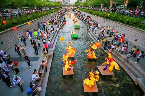 Số du khách Việt Nam đến Hàn trong 10 tháng đầu năm là 440.000 người, năm 2017 là 380.000 người. Người Hàn Quốc đến Việt Nam trong thời gian tương ứng là 2,6 triệu người và 2,4 triệu người.Ảnh: Korea Tourism Organization.