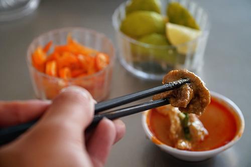 Chén nước dấm chua làm tăng thêm hương vị cho món ăn. Ảnh: Di Vỹ.