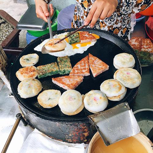 Bán phổ biến ở khu người Hoa, mỗi chiếc bánh béo ụ chỉ có giá từ 5.000 đồng. Bạn có thể gọi 3 chiếc kèm theo một quả trứng gà đập vào là có thể thoả cơn thèm của mình.Địa chỉ gợi ý: bánh hẹ Tròn Chợ Xã Tây (quận 5) hoặc đường Lê Quang Sung (quận 6). Ảnh: @dpduy.