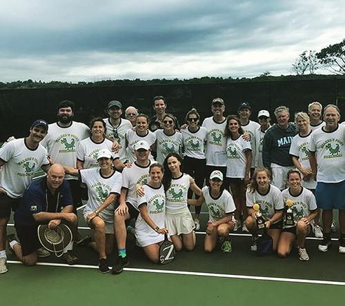 Các thành viên trong đại gia đình Bush mặc áo phông gia đình để đấu tennis cùng nhau. Jenna Bush Hager.