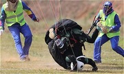 Phi công chết vì cứu khách khi dù lượn rách giữa không trung