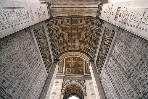 Phía trong Khải Hoàn Môn khắc tên 558 tướng lĩnh dưới thời Napoléon, những dòng chữ gạch chân ghi danh các vị tướng tử trận. Ảnh: Travel Feeder.