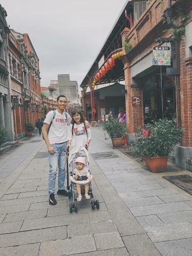 Gia đình anh Đăng chụp ở phố cổ Tam Hạp.Ảnh: Amei.