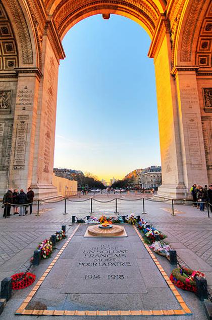 Khu mộ liệt sĩ vô danh được đặt rào chắn bao quanh, nhiều du khách vẫn đặt vòng hoa tưởng niệm khi viếng thăm. Ảnh: istock.