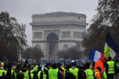 Phe áo vàng tập trung trước Khải Hoàn Môntrong cuộc biểu tìnhtại Paris hôm 1/12. Ảnh: AFP.