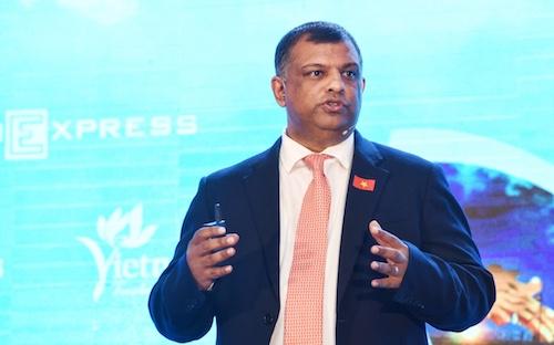 Ông Tony Fernandes trình bày tham luận tại Diễn đàn Cấp cao Du lịch Việt Nam. Ảnh: Giang Huy.