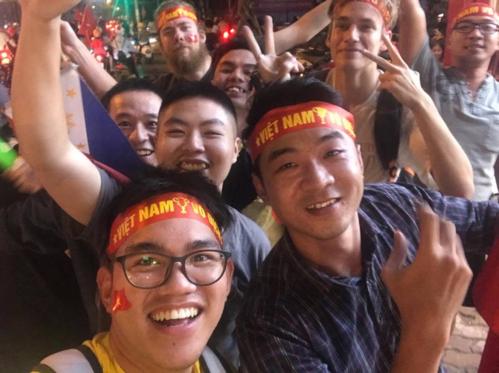 Gideon (đeo kính, phía trước) cùng bạn bè ra đường ăn mừng trận thắng của đội tuyển Việt Nam. Ảnh: NVCC.