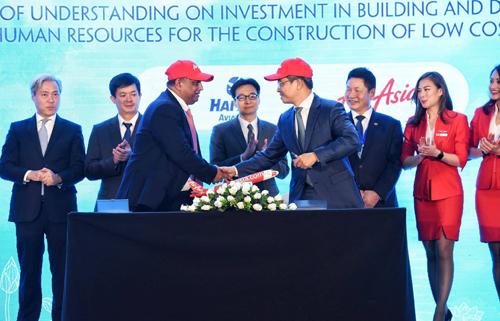 Ông Tony Fernandes (trái)và phía Công ty cổ phần Hàng không Hải Âu (thuộc TMG) đã ký biên bản ghi nhớ để cùng xây dựng hãng hàng không giá rẻ mới tại Việt Nam trong khuôn khổ Diễn đàn cấp cao Du lịch 2018. Ảnh: Giang Huy.