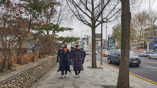 Thanh niên Hàn Quốc mặc giống nhau trên đường phố.