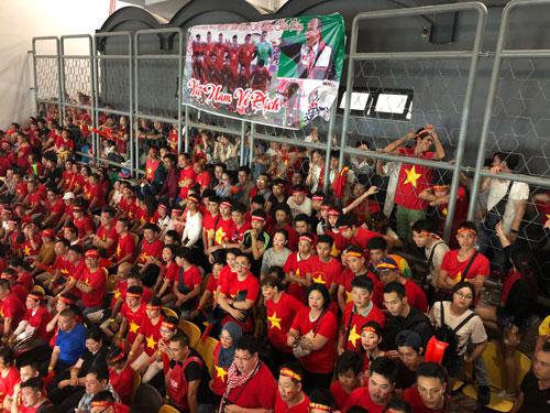 Nhiều người phải đứng ngoài hàng rào để theo dõi trận đấu.
