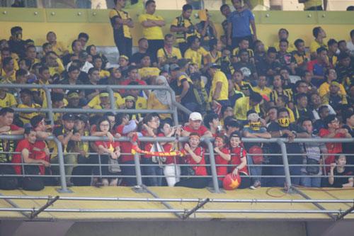 CĐV Việt Nam phải chen chúc, ngồi lẫn với khán giả đội chủ nhà. Ảnh: Lâm Thoả.