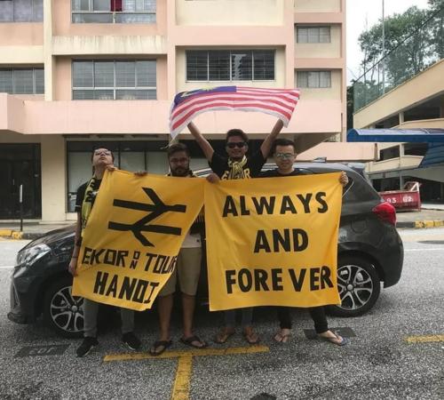 Bốn chàng trai lên đường tới Hà Nội cổ vũ cho Những chú hổ - biệt danh của tuyển Malaysia. Ảnh:Brotherhood Johor.
