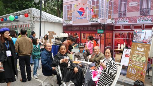 Du khách thích cùng bạn bè thưởng thức những ly cà phê phong cách Pháp ngay giữa thủ đô.
