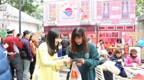 Bên cạnh tìm hiểu các hành trình du lịch mới tại Lễ hội Balade en France, du khách tới gian hàng của công ty sẽ được tư vấn miễn phí về thủ tục visa, phương tiện đi lại tại Pháp.