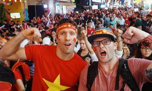 Khách Tây tìm đủ cách để giống fan Việt trong chung kết AFF Cup