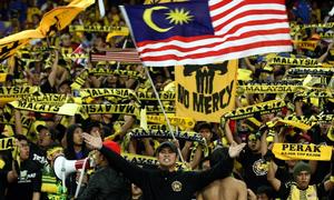 CĐV Malaysia mải cổ vũ nên không biết đội nhà thủng lưới lúc nào