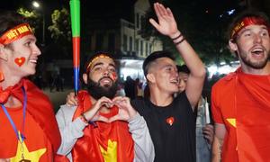 Khách Tây ca ngợi chiến thắng của tuyển Việt Nam làm nên huyền thoại