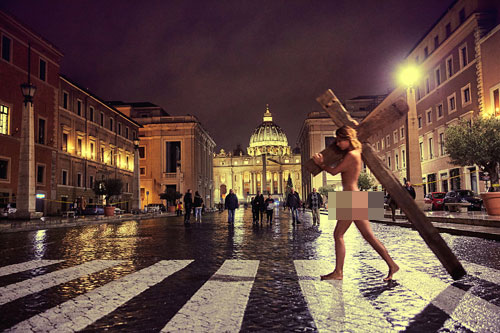 Một trong số những bức ảnh gây tranh cãi của Marisa tại Vatican. Người mẫu trẻ cho biết đã chuẩn bị tinh thần cho việc bị bắt khi chụp ảnh nhạy cảm tại các địa điểm linh thiêng. Ảnh: Sun.