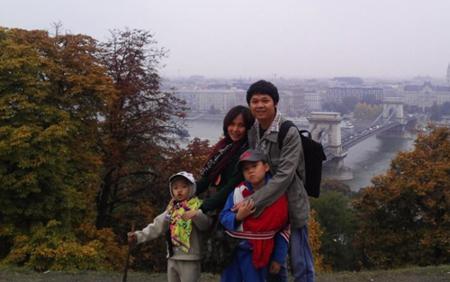 Trong chuyến du lịch châu Âu một tháng, Thiên Ân và Thiên Anh phải tự mình mang vác hành lý và sẵn sàng ngủ lều ngoài sân bay cùng bố mẹ.