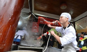 Đầu bếp nhảy múa với sợi mì để hút khách ở Trung Quốc