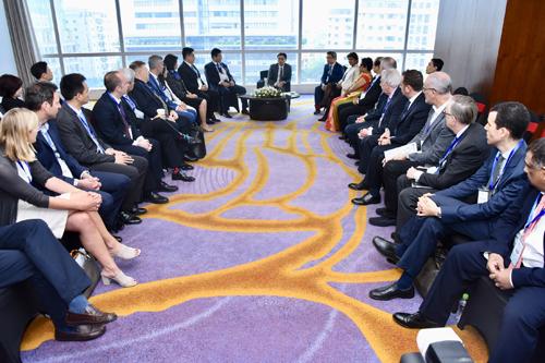 Phó Thủ tướng trao đổi với các nhà đầu tư trong và ngoài nước bên lề Diễn đàn. Ảnh: Giang Huy.