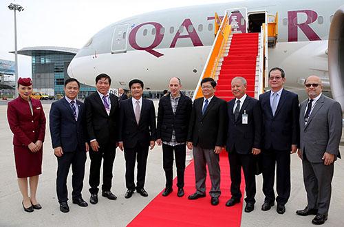 Lãnh đạo địa phươngchào mừng hãng hàng không mở đường bay thẳng nối Qatar với Đà Nẵng. Ảnh: N.Đ.