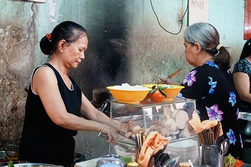 Bà Hương (bên trái ảnh) và bà Hiền cùng đứng bếp. Ảnh: Di Vỹ.