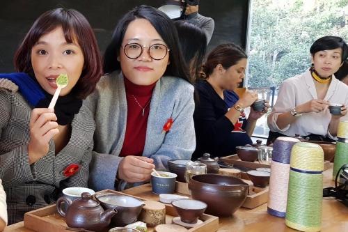 Du khách Việt thưởng trà, ăn kem sau khi học pha chế.