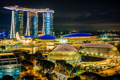 Nhà hát Esplanade nằm ở trung tâm vịnh Marina, được xem là trung tâm củaSingaporehiện đại. Nhà hátvới diện tích 6ha, có hình trái sầu riêng, là một cụm phức hợp các nhà hát, phòng hòa nhạc, phòng biểu diễn.Nhà hát Esplanade có thể chứatới 2.000 khán giả, mô phỏng theo kiến trúc nhà hát opera hình móng ngựa kinh điển của châu Âu. Khu sân khấu ngoài trời của nhà hát nằm đối diện với công viên sư tử biểnvà nhìn ra khu trung tâm tài chính Singapore, sẽ là nơi lý tưởng để ghi lại những tấm ảnh để đời của bạn tại quốc đảo.