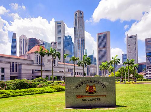 Tòa nhà Quốc hội cũ(Parliament House)là tòa nhà chính phủ lâu đời nhất của Singapore, ngày nay được sử dụng làm trung tâm nghệ thuật đa thể loại. Tược thiết kế vào năm 1827,ban đầu tòa nhà này được xây dựng cho một thương gia người Scotland tên là John Maxwell.Giai đoạn1965-1999, nơi đây là tòa nhà Quốc hội Singapore.Năm 2004,tòa nhà được cải tạo và khôi phục thành di sản văn hóa nghệ thuật và mang tên gọi mới là Nhà Trưng bày Nghệ thuật. Đây là điểm đến không nên bỏ qua với những du khách muốnthưởng thức nghệ thuật cũng như tìm hiểu văn hóa của đảo quốc sư tử.