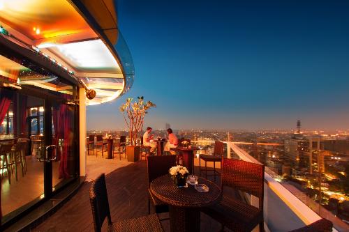 Tọa lạc tại tầng 19 tòa nhà Pacific Place, The Rooftop là mô hình kết hợp giữa nhà hàng và lounge với lối kiến trúc mở, toàn bộ không gian đều được gắn liền với thiên nhiên và bầu trời. Ngồi ở bất kỳ vị trí nào tại nhà hàng, khách hàng đều có thể phóng tầm mắt ra xa ngắm nhìn Hà Nội.