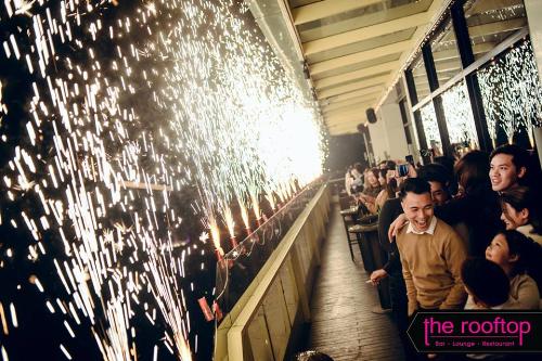 Tiệc buffet đêm Giáng sinh 24/12 được phục vụ với mức giá 1,2 triệu đồng một người lớn, 590.000 đồng một trẻ nhỏ cao 1-1 m3, trẻ dưới 1 m được miễn phí. Ưu đãi đặc biệt tặng một chai rượu vang cho nhóm từ 5 người.Với tiệc đêm giao thừa 31/12, bữa tối 7 món có giá 990.000 đồng mỗi người lớn, hoặc 1.190.000 đồng kèm một ly Sparkling wine (vang có gas), và tham gia màn đếm ngược chào đón năm mới. Nhà hàng giảm 10% cho khách đặt bàn ăn tối trước 29/12 và tặng một chai Sparkling wine cho nhóm từ 4 người.