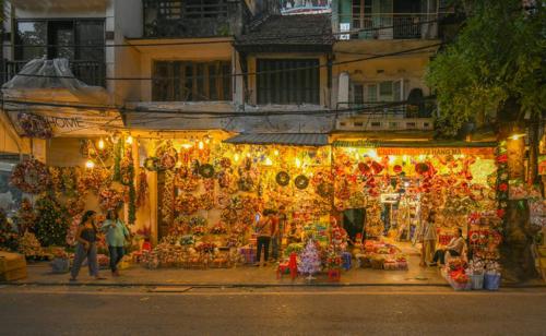 Các món đồ trang trí cây thông Noel được bày bán đầy trên các con phố ở Hà Nội. Ảnh: Kiều Dương.
